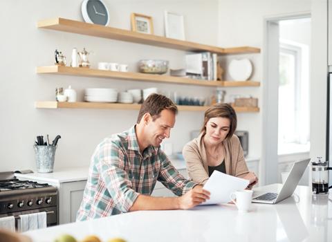 Ein Haushaltsbuch dient für den Überblick über die Einnahmen und Ausgaben.