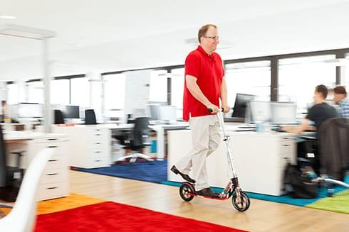 Rollerfahren im Büro
